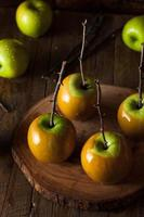 hemlagade gröna karamelläpplen foto