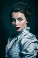 kvinna i viktoriansk klänning foto