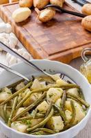 gröna bönor och potatis foto
