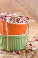 orange och grön cocotte med bönor