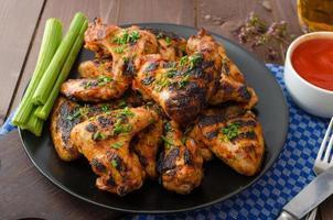 grillat grillad kycklingvinge foto
