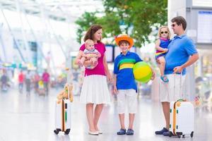 lycklig familj på flygplatsen foto