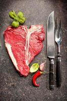 rå färsk kött t-ben biff