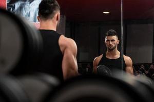 unga män som gör träning för biceps foto