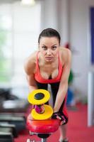 kvinna i gymnastiksport som tränar med hantlar