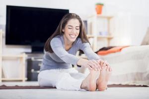 kvinnan gör fitness hemma i vardagsrummet foto
