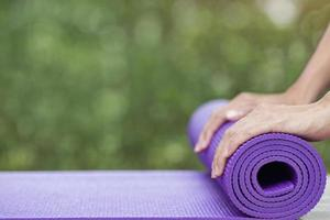 kvinna förbereder sig för yoga foto