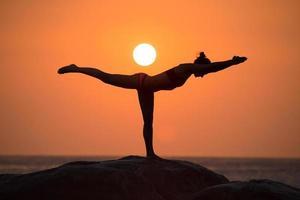 krigare poserar från yoga foto