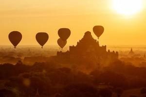 luftballonger över buddistiska tempel vid soluppgången. bagan, myanmar. foto