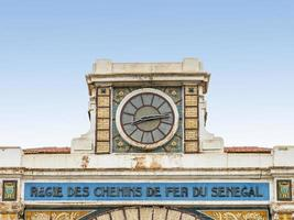 klocka, övergivna järnvägsstationen i Dakar, Senegal, kolonialbyggnad foto