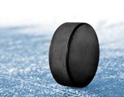 närbild av en hockeypuck på is