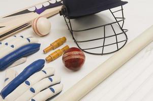 närbild av cricketutrustning foto