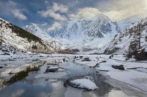 vackert vinterlandskap, Altai bergen Ryssland.