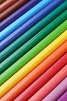 färgpennor i rad som bildar en bakgrund foto