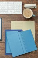 anteckningsböcker på skrivbordet foto