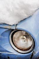 gammal bil på vintern