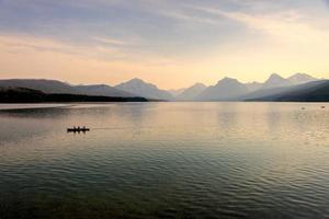 lake mcdonald vid solnedgången foto
