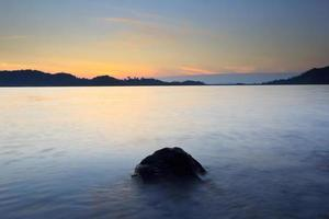 sjö vid soluppgången foto