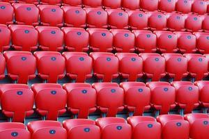 röd stadion sittplatser foto