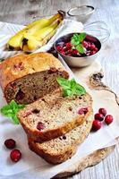 bananbröd limpa med mogna bananer och frysta tranbär foto