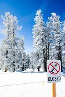 """""""stängd"""" skylt som begränsar åtkomst utanför utväggränserna foto"""