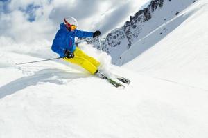 manlig freerider-skidåkare foto