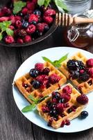 sommarfrukost, belgiska våfflor med färsk frukt foto