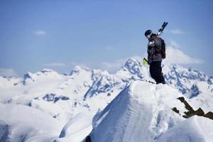 skidåkare på bergstoppen foto