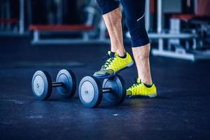 gyminstruktör på gymmet som gör övning