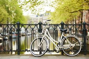 cykel på amsterdam street i staden