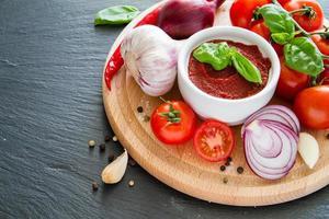 ingredienser för tomatsås - körsbärstomater, basilika, lök, vitlök, peppar