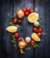 tomater med örter och kryddor, ingrediens för tomatsås foto
