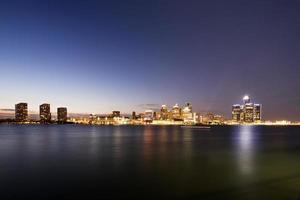 stadsbild av detroit vid solnedgången foto