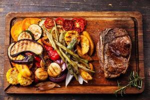 klubbbiffstek och grillade grönsaker