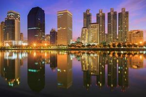 benjasiri park bangkok vid twilinght foto