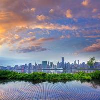 manhattan new york horisont vid solnedgången östra floden foto