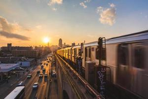 tunnelbanetåg i New York vid solnedgången