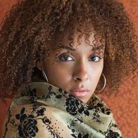 porträtt av en ung kvinna som stirrar på kameran med attityd foto