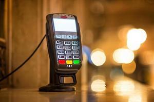kreditkortbetalningsterminal på biljettkontoret foto