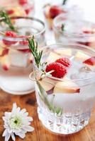 fylld med fruktig smak-cocktails foto