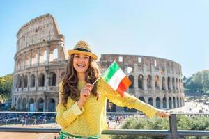 porträtt av lycklig kvinna med italiensk flagga i Rom, Italien