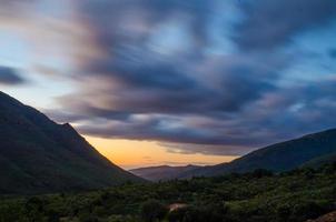 solnedgång över bergen