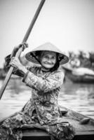 gammal vänlig kvinna med vietnamesisk halmhatt foto