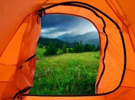läger i bergen foto