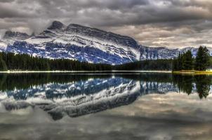natursköna två jack lake foto