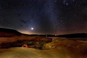 enkel tält under den mjölkiga sjön Powell foto
