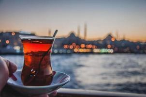 turkiskt te mellan Asien och Europa foto
