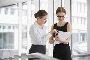 affärskvinnor diskuterar över dokument i office foto