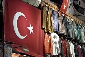 föremål till salu på en turkisk basarmarknad foto