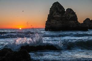 soluppgång på stranden foto